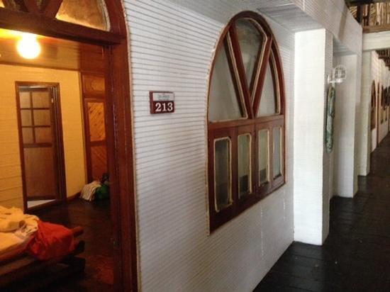 Decameron Isla Palma: parte exterior de la habitacion, unica ventana da a un pasillo o al hall