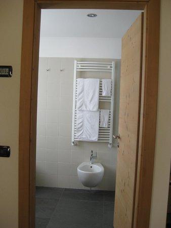Vista del bagno dalla stanza termosifome a parete con for Hotel meuble sertorelli