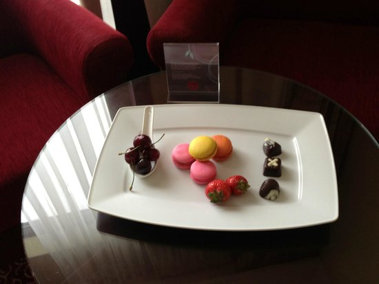 Sheraton Grand Krakow : Welcome macaroons in Club level room