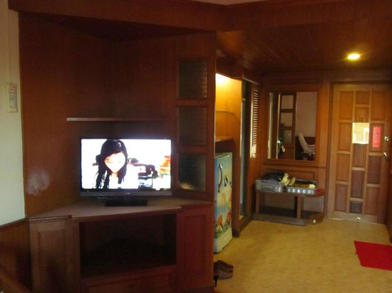 tv k hlschrank ablage ecke bild von lek hotel pattaya tripadvisor. Black Bedroom Furniture Sets. Home Design Ideas