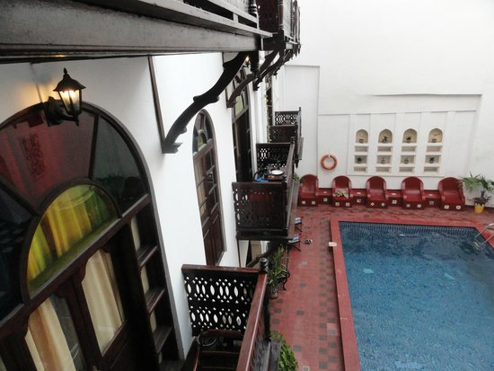 Dhow Palace Hotel: Inside courtyard