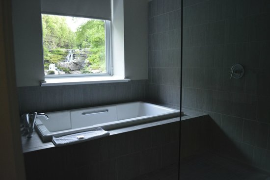 Ledges Hotel : soaking tub and view out the window