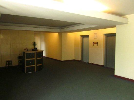 Rex Hotel : Flur mit Concierge