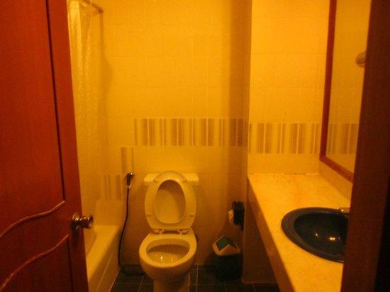 Rex Hotel : Bad mit Wanne/Dusche und WC
