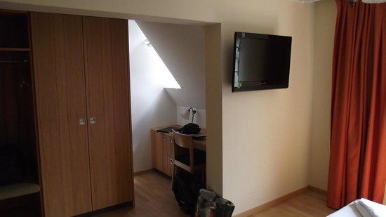 Hotel Löwen: Bedroom No' 9 desk area