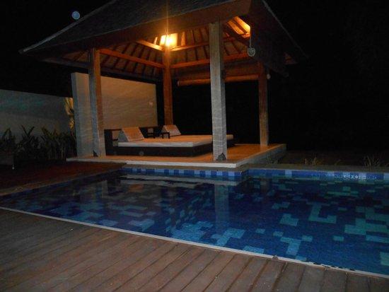 Water Edge Villa: Pool mit Pavillion