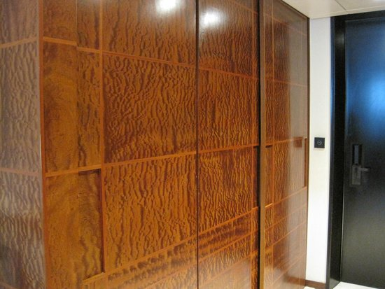 COMO The Halkin: Wood paneled closet