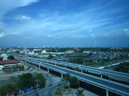Krungsri River Hotel : Blick auf die Hauptverkehrsader
