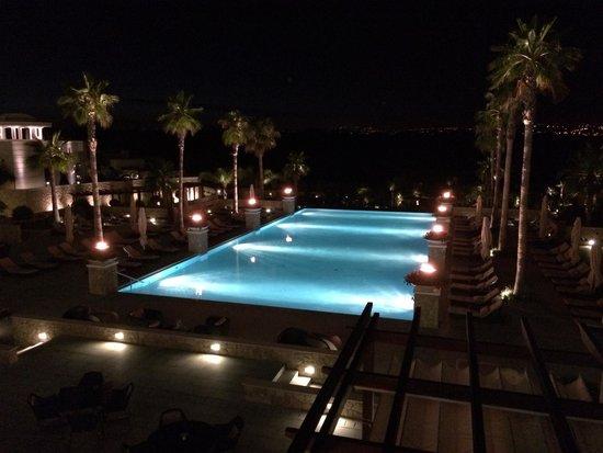 Conrad Algarve: Pool bei Nacht mit Fackeln beleuchtet, ein Traum