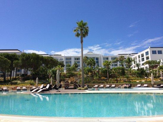Conrad Algarve: Das Hotel vom unteren Pool aus