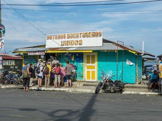 Gran Hotel Bahia : para contratar excursiones, justo enfrente del hotel
