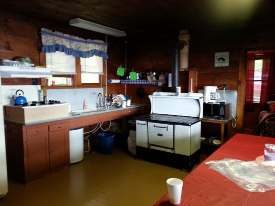 Peck's Lake Family Fishing Resort : interior of coveview cabin
