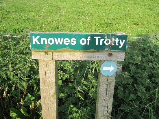 Harray, UK: Signboard the the Knowes of Trotty