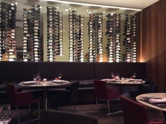 W St. Petersburg restaurant : в ресторане богатый выбор вин