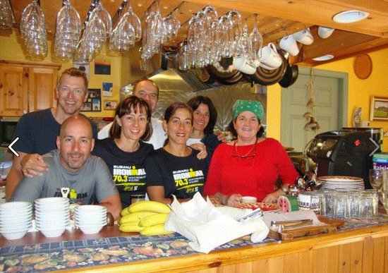 Auberge Le Lupin B&B : The owners and friends in the kitchen after breakfast.