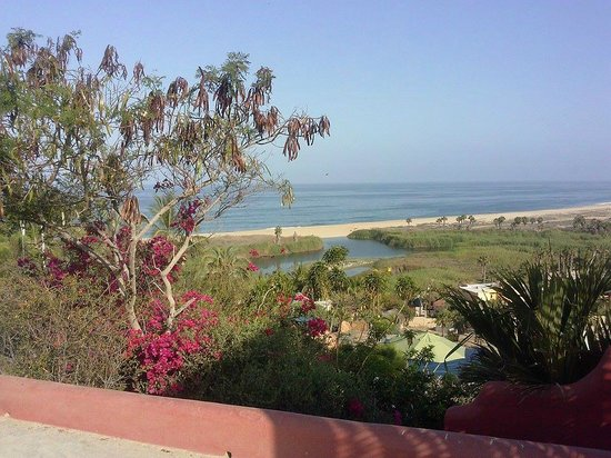 Los Colibris Casitas: view of beach from driveway
