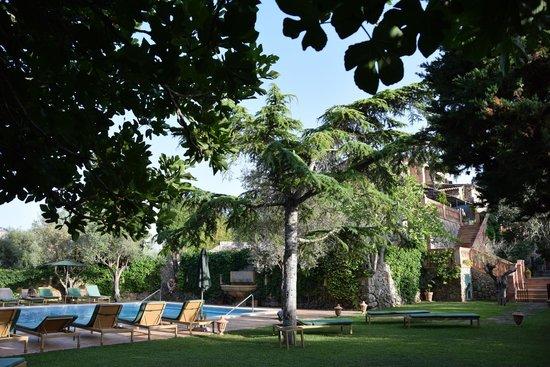 Valldemossa Hotel: Jardín y piscina exterior