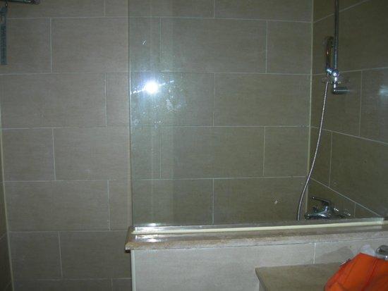 Jaz Mirabel Park: Shower in room