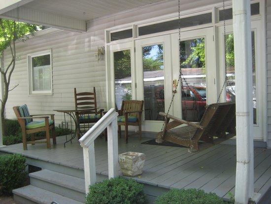 Carriage Lane Inn: popular porch