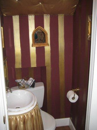 Carriage Lane Inn : world's smallest bathroom