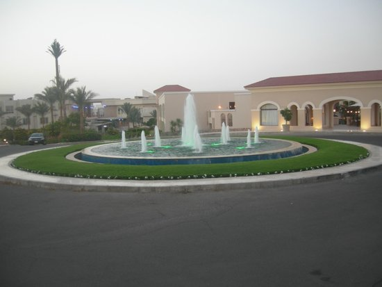 Jaz Mirabel Park: Water fountain in from of hotel