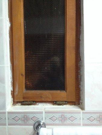 Club Tuana Fethiye: Bathroom Window