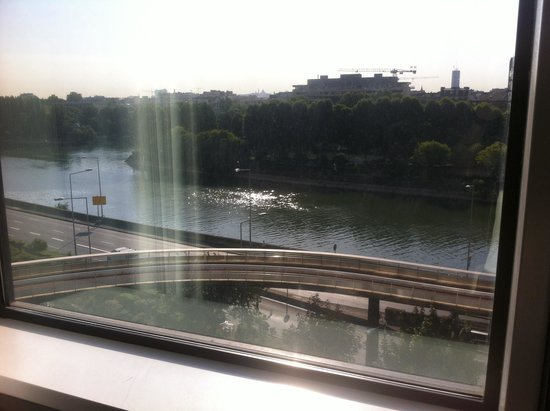 Novotel Paris La Defense: River Seine!!!