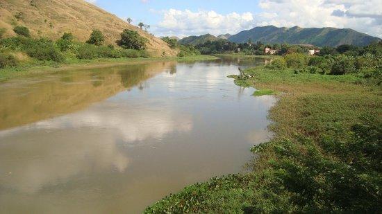 Japeri, RJ: Rio Guandu, cortando a região do bairro Nova Belém