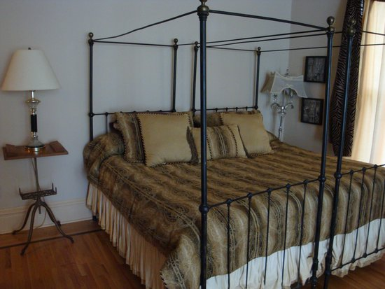 Thorwood Rentals and Retreats : King Bed in Lumber Baron