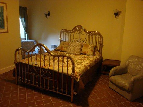 Thorwood Rentals and Retreats : Extra Basement Room - Queen Bed