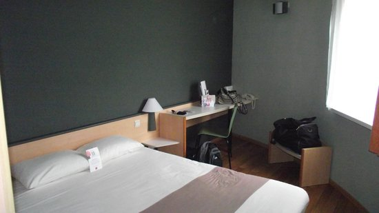 Ibis Dinant: seating/desk area in room
