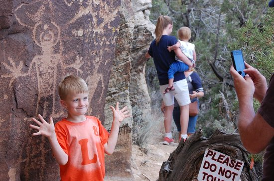 McConkie Ranch : Petroglyphs along the Three Kings trail