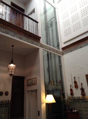 Hotel Amadeus: Elevador