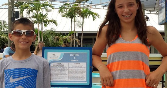 Loggerhead Marinelife Center: Two grands standing near Marvin's pool.