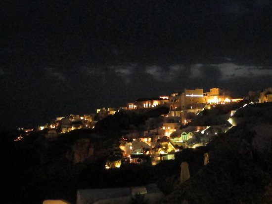 Canaves Oia Hotel: Night view toward Oia