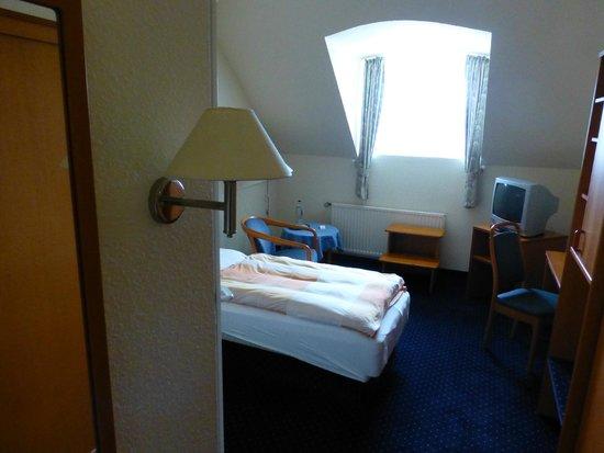 Kurhotel Sassnitz: Einzelzimmer 306 (inkl. Fußtreppe, um aus dem Fenster sehen zu können)