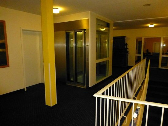 Kurhotel Sassnitz: Treppenhaus mit Lift