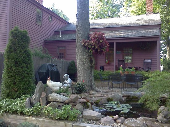 Green Acres Bed and Breakfast: Backyard patio for dining and relaxing
