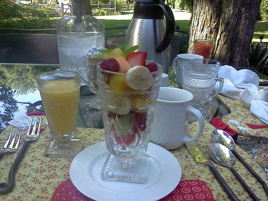 Green Acres Bed and Breakfast: Delicious fruit cup, coffee, and juice to start