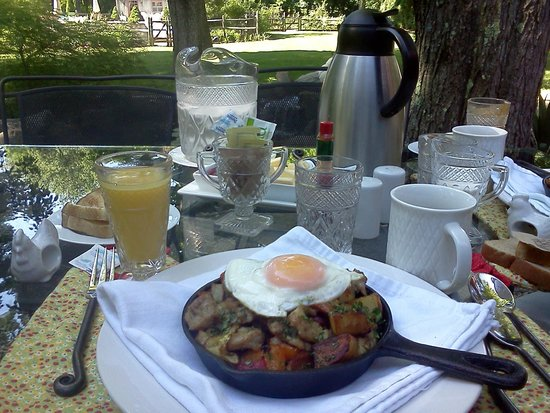 Green Acres Bed and Breakfast: Amazing skillet for breakfast!
