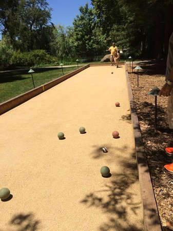 Chateau Montelena : Complimentary bocce for members
