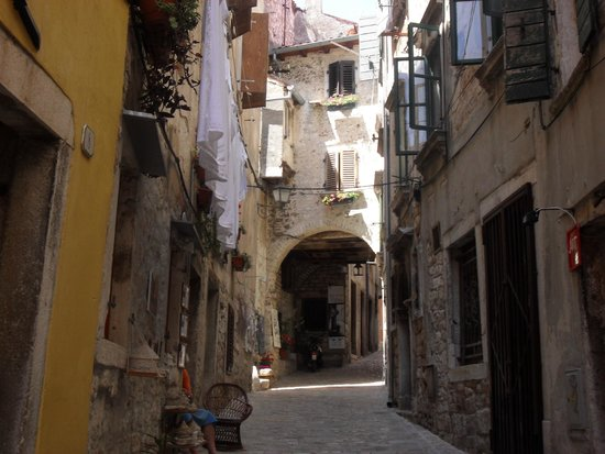 Hotel Park: Typical street in old town Rovinj