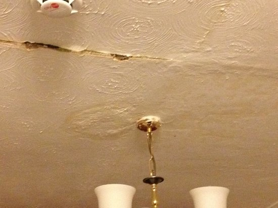 Springfield Hotel London: Ceiling caving in over beds