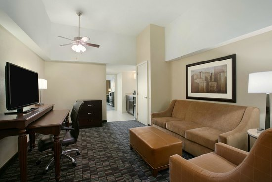 Embassy Suites by Hilton New Orleans Convention Center: Classic Queen Suite Living Room