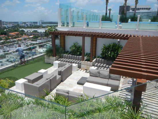 Grand Beach Hotel Surfside: Bar na cobertura do hotel