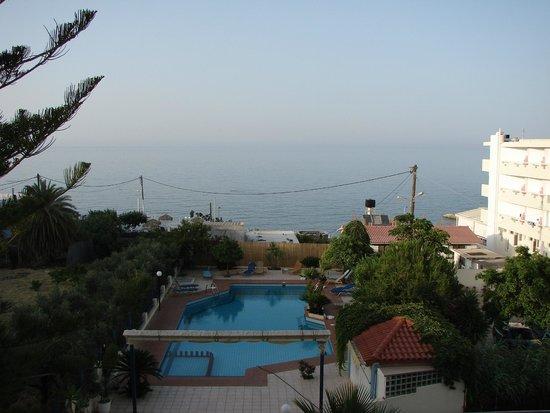 Hotel Armava: Вид из номера на бассейн и море