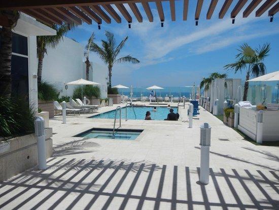 Grand Beach Hotel Surfside: Piscina e Jacuzzi na cobertura do hotel