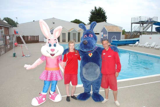 Breydon Water Holiday Park - Park Resorts: Sparky & naarky visit the pool