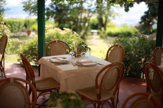 Villa Le Rondini : Colazione sotto il glicine