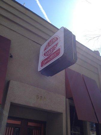 Gladys Knight & Ron Winan's Chicken And Waffles : The Famous Atlanta Staple